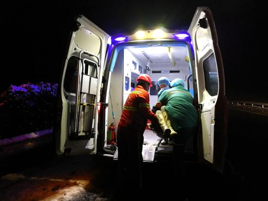 惊险!除雪途中遇险情  河南高速养护人员迅速伸出援手