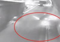 想起都後怕!小轎車被拖挂車撞到隧道壁後,又被彈回行車道