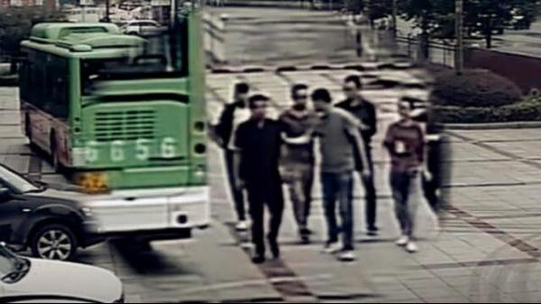 公交车直接驶入公安局 车上载有4名嫌疑人