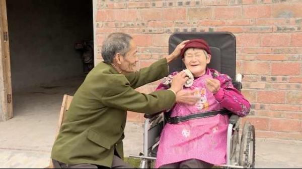 一起走到金婚!妻子瘫痪12年,丈夫从不敢出远门