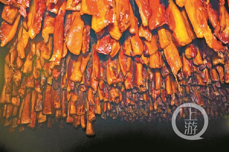 正在熏制的城口老臘肉。  李小玲 攝.jpg