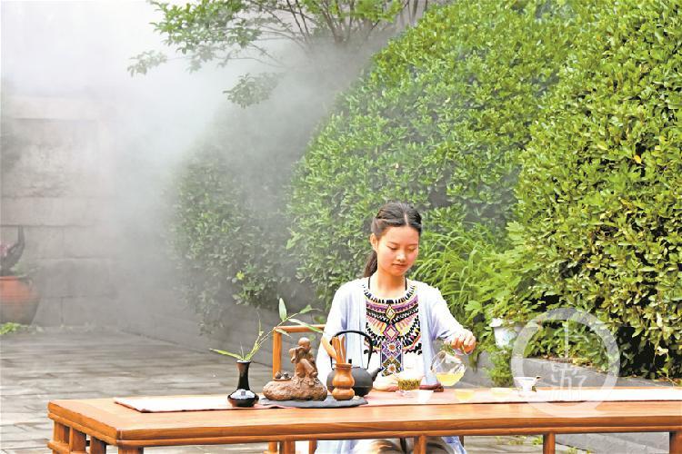 游客在雞鳴寺內品嘗雞鳴茶。  謝模燕 攝.jpg