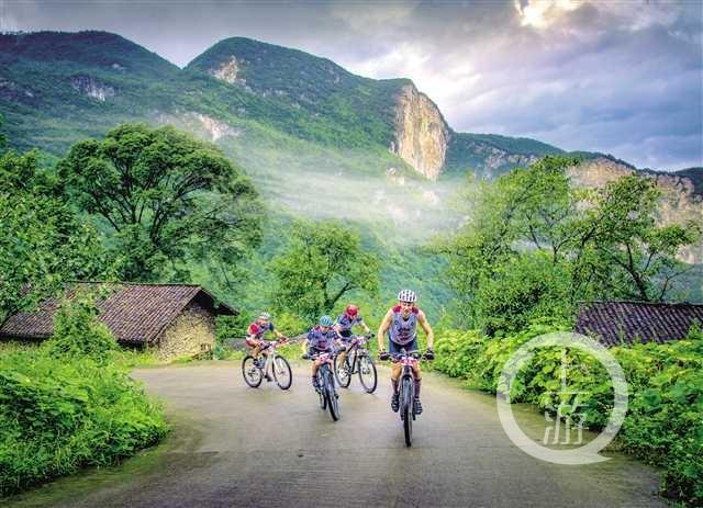 参赛选手在武隆美丽乡村骑行.jpg