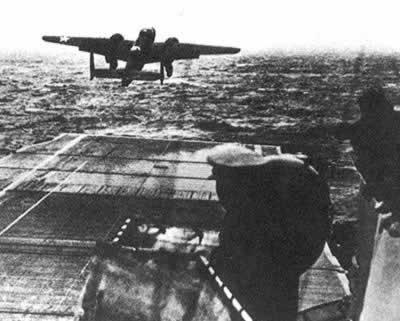 美国杜立德轰炸机编队首次空袭东京